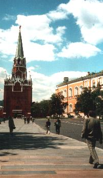 Inside the Kremlin, stay on the pavement !